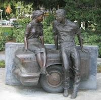 Estatua homenaje a American Graffiti en la plaza de George Lucas, Modesto