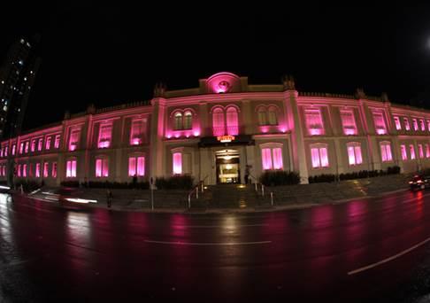 Shopping Curitiba ilumina sua fachada de rosa