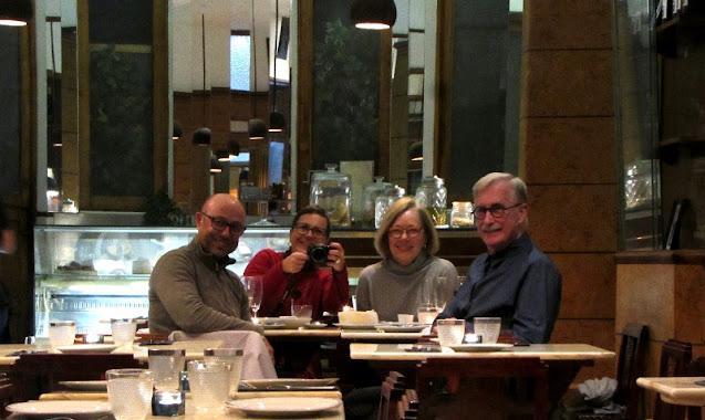 4 pessoas sentadas em restaurante posando para fotografia