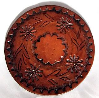 Dessous de verre en cuir avec des motifs floraux