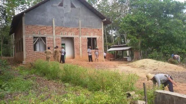 Toleransi Palsu: Warga Tanahlaut Bersihkan Gereja yang Dihentikan Pembangunannya