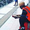 MashaaAllah, Tukang Parkir ini Menjaga Kendaraan sambil Membaca Al Qur'an