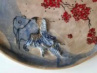 Annapia Sogliani detail plate design pottery ceramic fish bloom détail pièce unique en céramique, plat sculpture grès, fait main, poisson