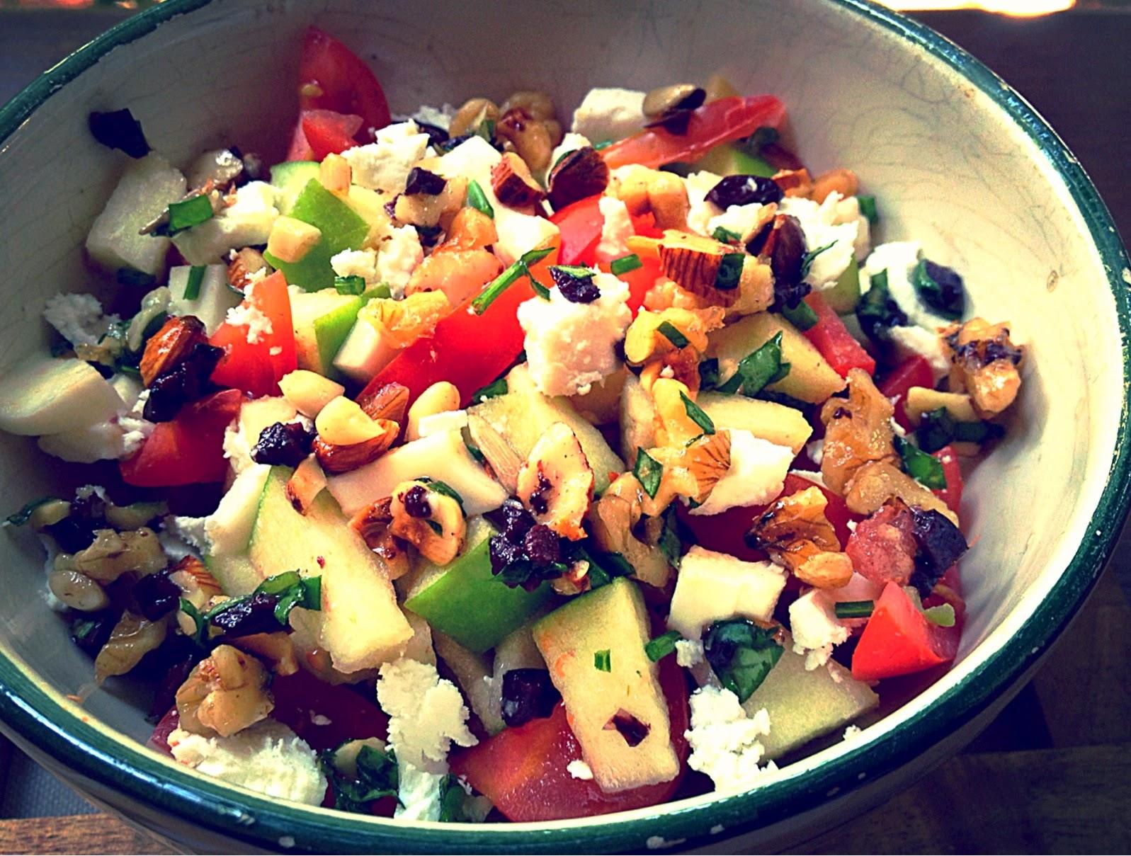 Ensalada de manzana, cherrys y queso con vinagreta de frutos secos