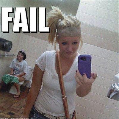 Dumme Teenager Selfies - Mädchen mit Handy im Bad