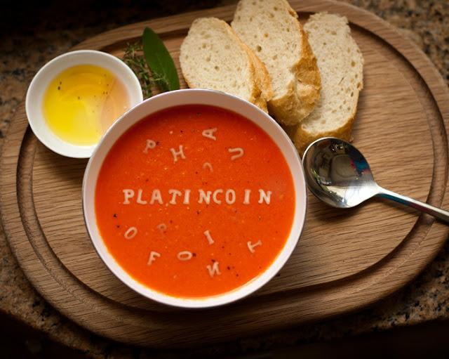 чашка супа, обед на столе,