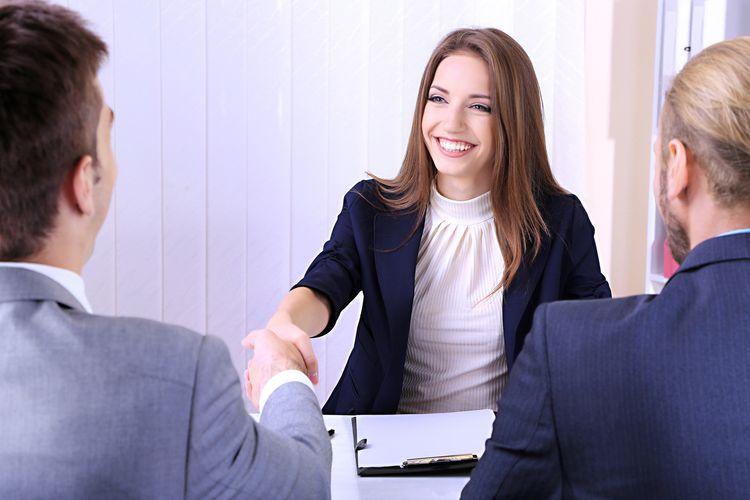 7 Bahasa Tubuh yang Harus Dihindari Saat Wawancara Kerja.