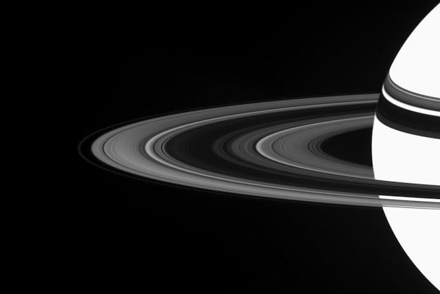 Hình ảnh cận cảnh với màu sắc và ánh sáng tương phản nhau cho thấy rõ bán cầu nam của Sao Thổ cùng hệ thống vành đai bao xung quanh nó. Một cơn bão xoáy tối màu có thể nhìn thấy đang xoay vòng ở cực nam. Hình ảnh: NASA/JPL.