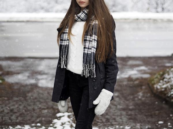 212. Stylizacja w zimowej scenerii: płaszcz, biały sweter i szalik w kratkę