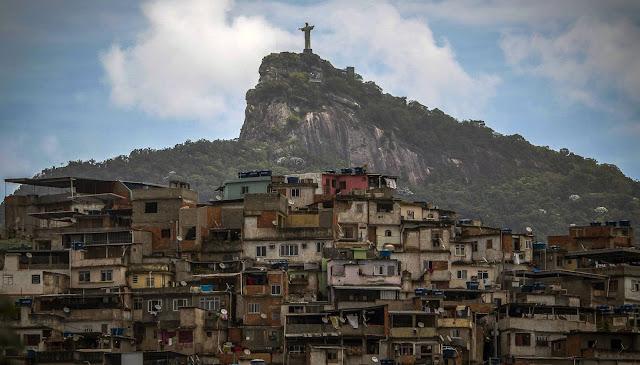 Quase 30% da renda do Brasil está nas mãos de apenas 1% dos habitantes do país, a maior concentração do tipo no mundo. É o que indica a Pesquisa Desigualdade Mundial 2018, coordenada, entre outros, pelo economista francês Thomas Piketty. O grupo, composto por centenas de estudiosos, disponibiliza nesta quinta-feira um banco de dados que permite comparar a evolução da desigualdade de renda no mundo nos últimos anos.