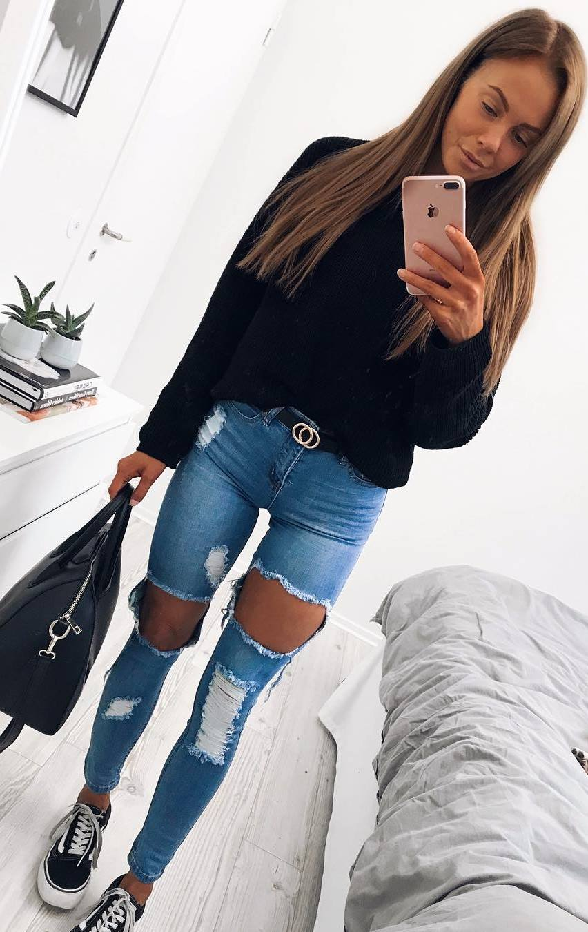 what to wear with distressed jeans : black top + bag + sneakers