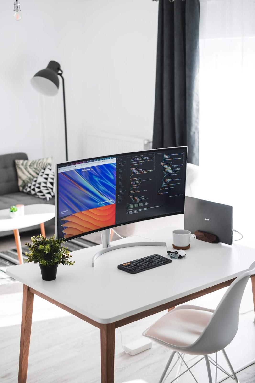 escritorio en el salón con mesa pequeña