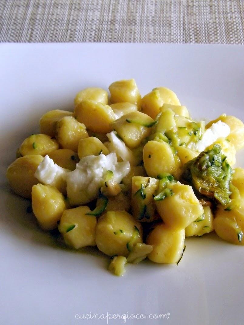 Immagine della ricetta gnocchi di patata con zucchine, mandorle tostate e Morlacco del Grappa dal blog Cucina per Gioco