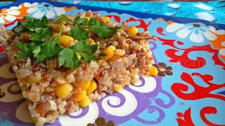 Кафяв и червен ориз с пилешко и царевица