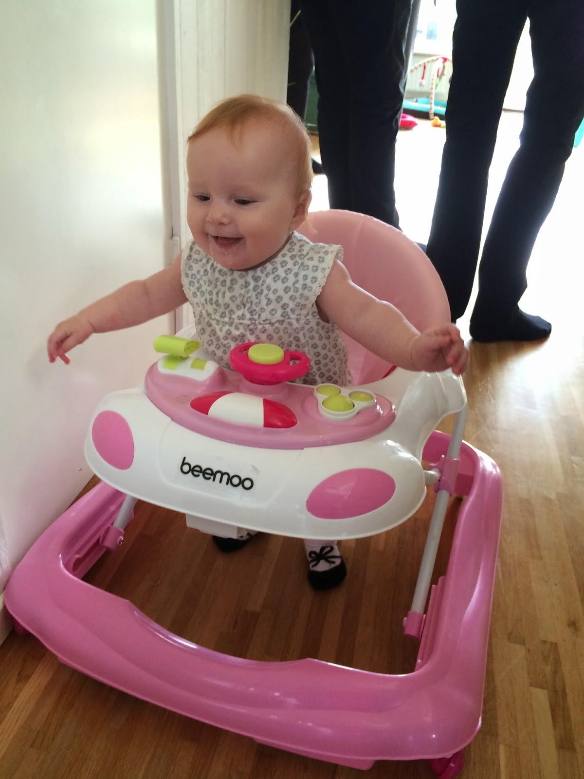 Kusin Viggo kom in i huset och placerades på golvet i babyskyddet. Svea  fick syn på honom och kom springandes i gåstolen. Haha e4af403451938