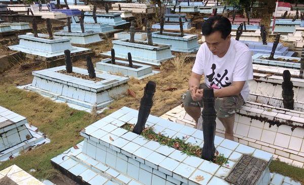 Pencitraan Pakai Celana Pendek dan Duduk Diatas Makam, Yusril Dihajar Netizen