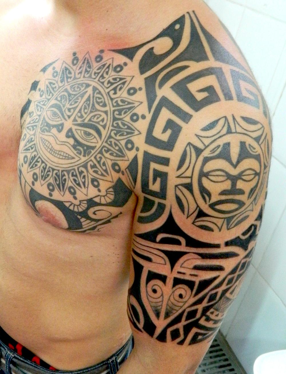 tatuagem maori masculina no braço e peito