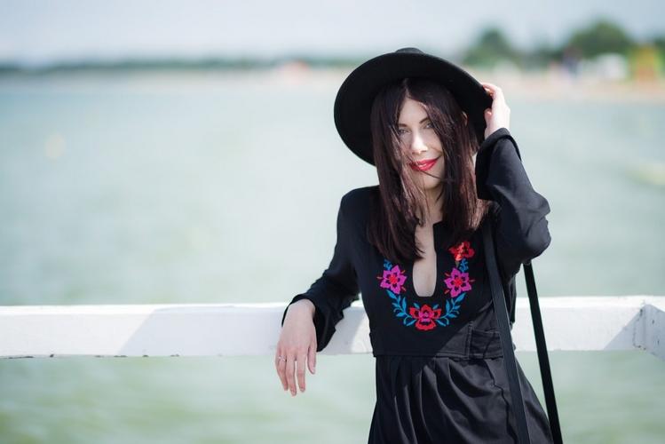 bluzka z haftem | haft | moda w stylu boho | styl boho | stylizacja z kapeluszem | Gdańsk Brzeźno | molo w Brzeźnie