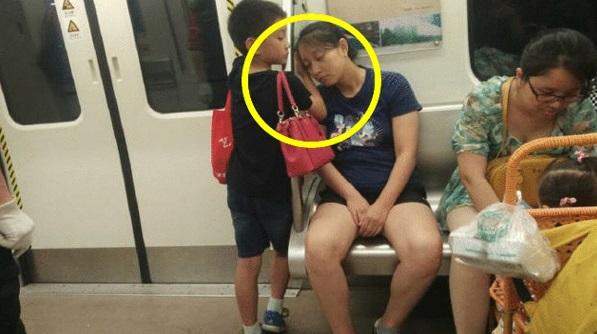 Sungguh Terharu Melihat Apa Yang Dilakukan Anak Ini Demi Keselesaan Ibunya. Sediakan Tisu!