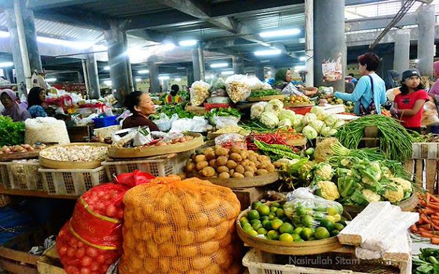 Berbagai sayuran dan bumbu dapur yang dijual di pasar