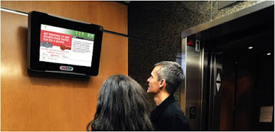 digital signage junto a ascensor