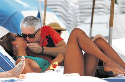 Adam Clayton en una playa de miami 2011