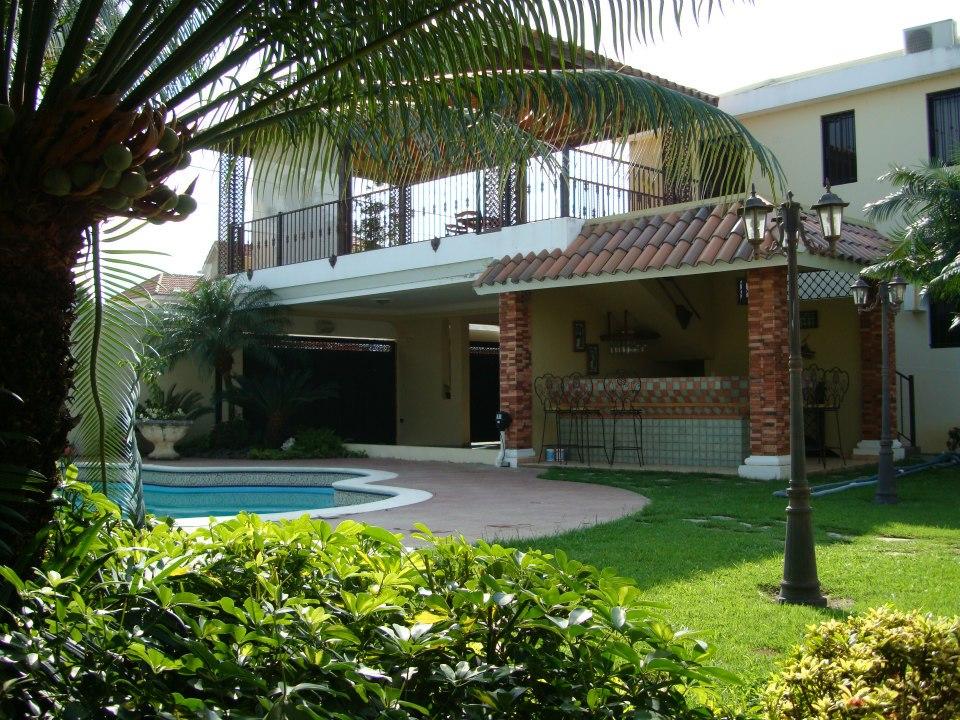Venta de casa con piscina en la vega muy barata for Apartamentos vacacionales con piscina