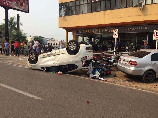 Motorista falando ao celular invade contramão e causa capotamento em Ji-Paraná