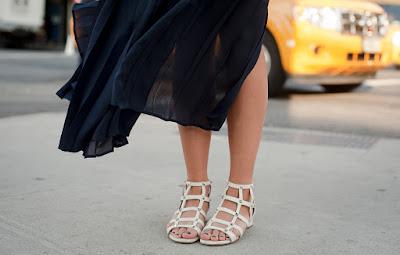 sandalias azules como combinar