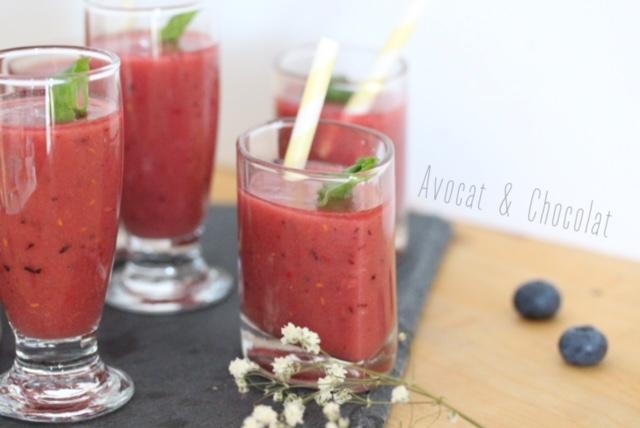 """alt=""""gaspacho rouge-rose, dans de petits verre décorés d'une feuille de basilic"""""""