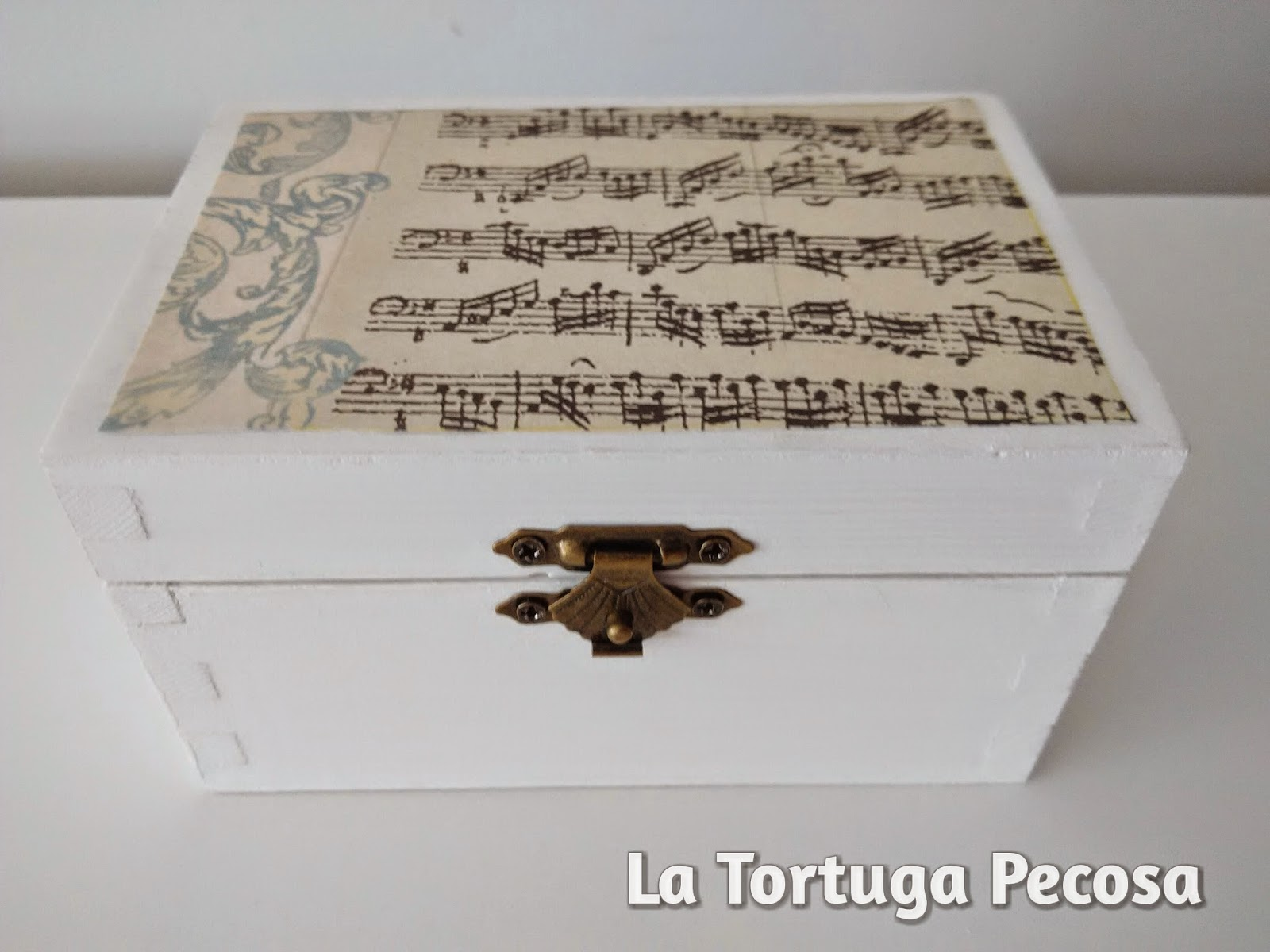 47670c026 Cajita de madera pintada en blanco y decorada con papel decoupage en  motivos musicales, queda muy fina una vez acabada, espero que os guste!