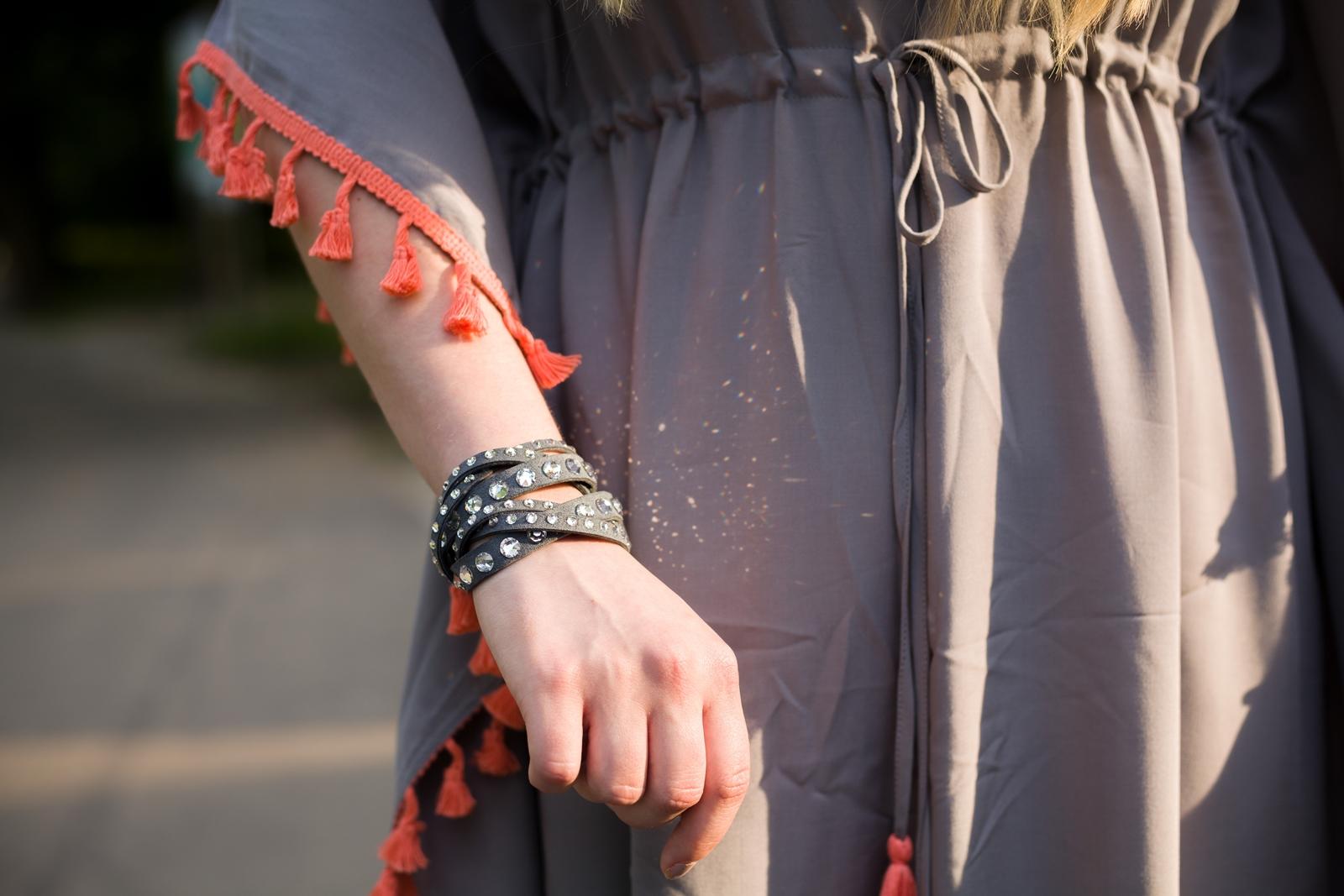 1 sukienka szara z frędzlami maxi na lato bonprix sukienki na wakacje bizuteria piotrowski kryształy svarowskiego letnia stylizacja melodylaniella sukienka dla wysokiej dziewczyny fashion moda