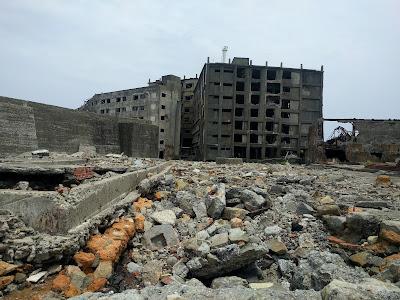 廃墟と化した島内の風景