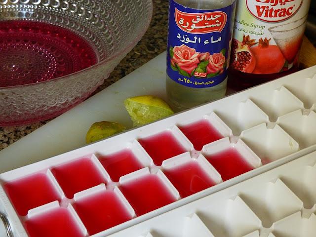 Eiswürfel mit Grenadine und Rosenwasser für Obstsalat