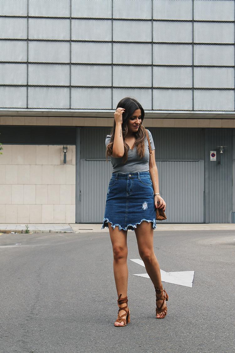 Outfit de moda con falda denim