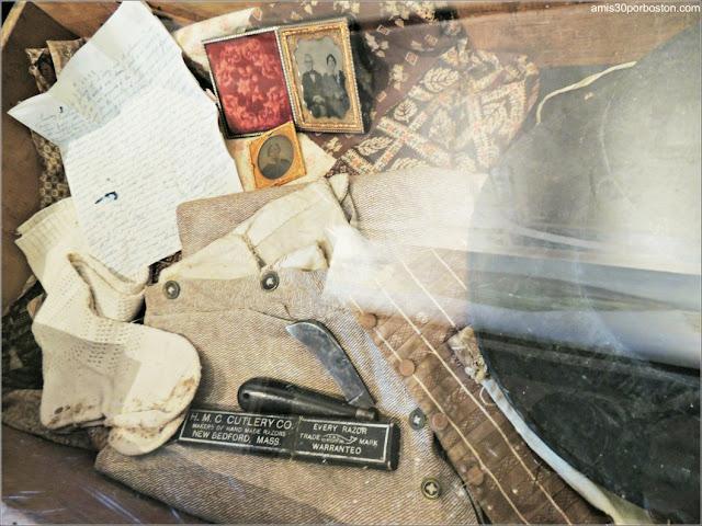 Objetos en el Azorean Whaleman Gallery del Museo de las Ballenas de New Bedford