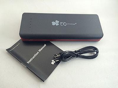 モバイルバッテリー本体とマイクロUSBと説明書