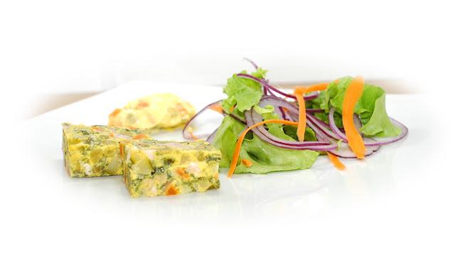 cubetti di verdura nell'uovo con insalata colorata