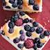 Placek drożdżowy z owocami i lukrem