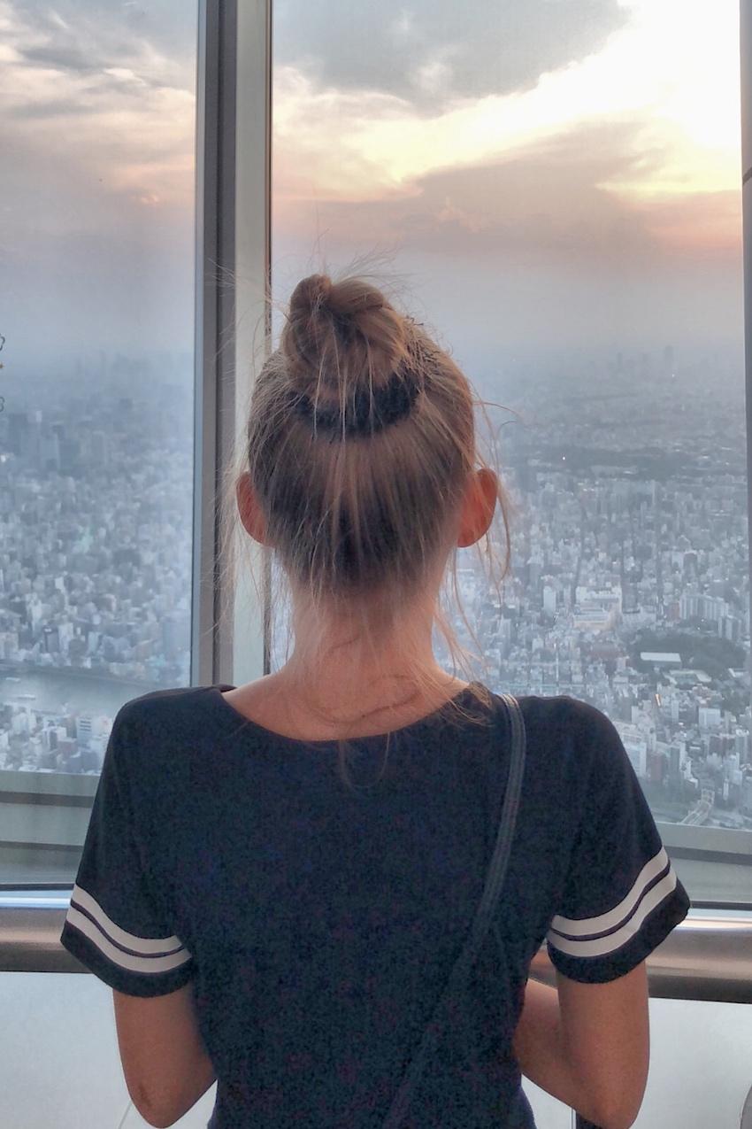 Sonnenuntergang über Tokio Mädchen