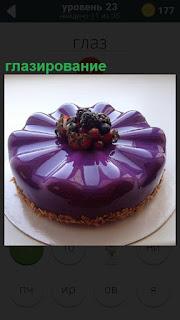 На блюдце лежит пирог, сделано красивое глазирование