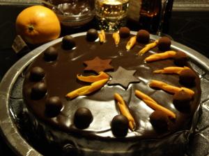 Schwarze Prinzessin - Adventstorte. Sachertorte mit Orangen und Marzipankugeln