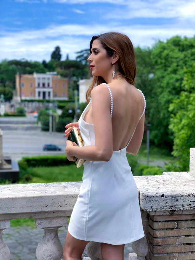 Vestito bianco con la schiena scoperta e tante perle