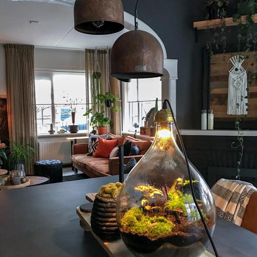 Klimatyczne mieszkanie z industrialnymi elementami, wystrój wnętrz, wnętrza, urządzanie domu, dekoracje wnętrz, aranżacja wnętrz, inspiracje wnętrz,interior design , dom i wnętrze, aranżacja mieszkania, modne wnętrza, styl skandynawski, scandinavian style, boho, styl industrialny, industrial style, styl rustykalny, retro, urban jungle, jadalnia, stół, krzesło, las w słoiku