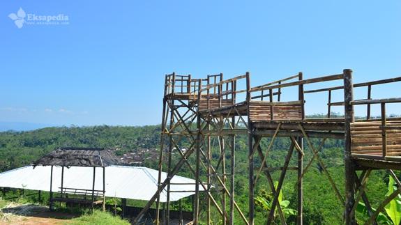 Bangunan Bambu Di Embung Tlogopucang