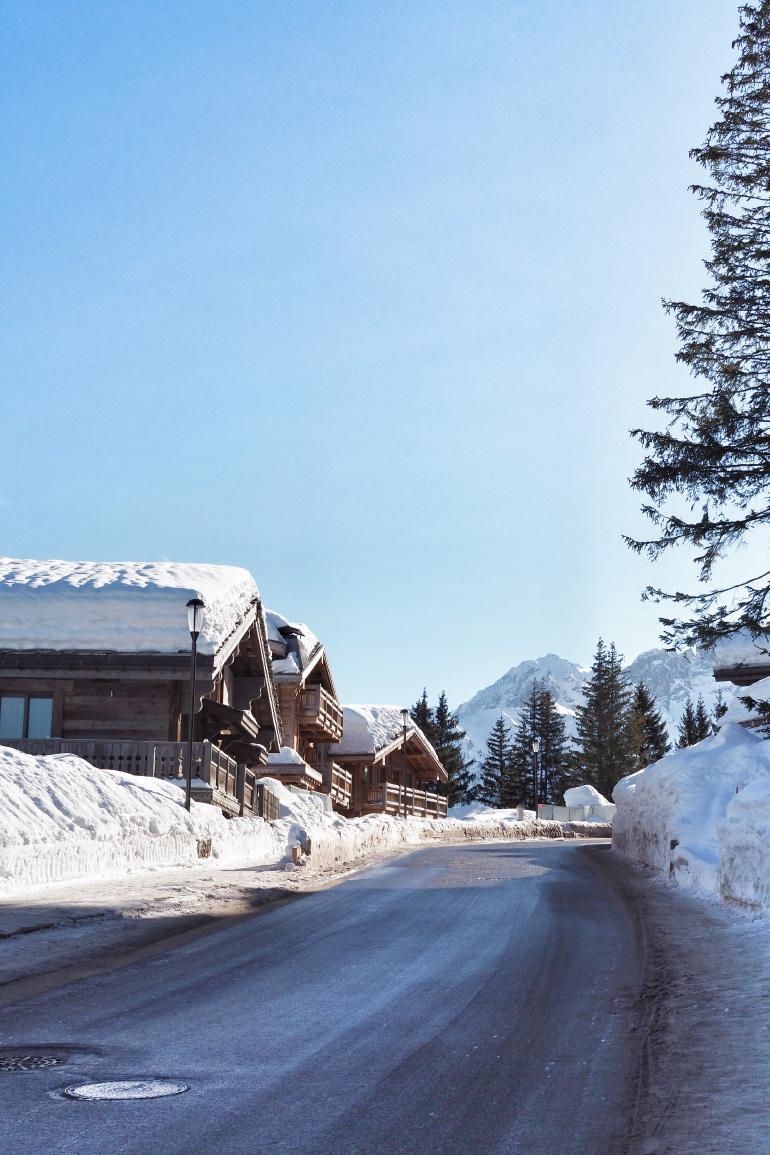 Chalet le long de la route à Courchevel, en hiver