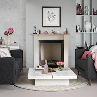 Sala decorada con gris y rosa