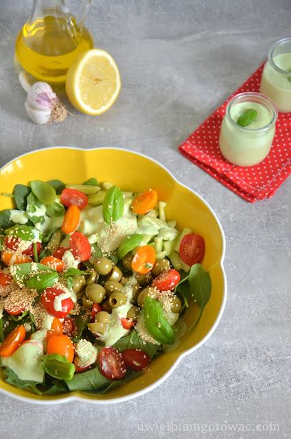 Sałatka ze szpinakiem, pomidorkami i ziołowym dipem