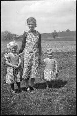 Foto von großer Schwester und zwei kleinen Kindern - 1930-1950