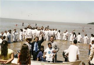 Charles Netto com a Bíblia na mão dentro do barco...